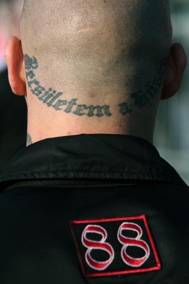 En ungarsk skinhead med Schutzstaffels (SS) slogan 'Loyalitet er min ære' i nakken ved et møde for højre ekstremister og blod og ære-grupper i Budapest i oktober.