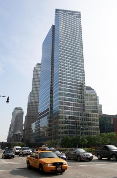 Goldman Sachs Group Inc.'s globale hovedkvarter på Manhattan har udklækket mange europæiske topbankfolk og -politkere i EU-systemet. Investeringsbanken har også været inde  at fifle og manipulere med bl.a. Grækenlands statsbudgetter, så EU fik det indtryk, at landets finanser var i orden. Det gav 7,5 mia ekstra på plussiden trods et kæmpehul i budgettet.
