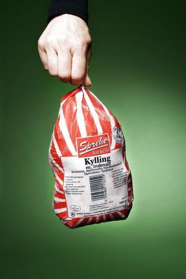 BornholmerHanen hyldes, mens der ses skævt til dybfrosne Aldi-kyllinger. At det moderne fødevareproduktion både har frigjort kvinderne og øget sundheden er glemt for længst
