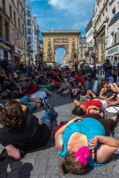 Det centrale spørgsmål er ikke længere, om sexarbejdere kan tale deres egen sag, men hvordan og hvorvidt vi giver dem lov til at tale. Her er det sexarbejdere i Paris, der demonstrerer for flere rettigheder.