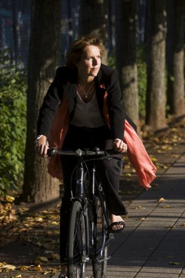 Klimakommissær Connie Hedegaard har lanceret et EU-initiativ for at øge opmærksomheden om vigtigheden af, at vi hver især tænker og handler for at formindske klimagasudslippet mest muligt. Bevidsthed er det første skridt mod handling. I vores demokratiske samfund kan ikke meget gennemføres uden opbakning fra befolkningen, siger hun og bruger selv cyklen mest muligt.