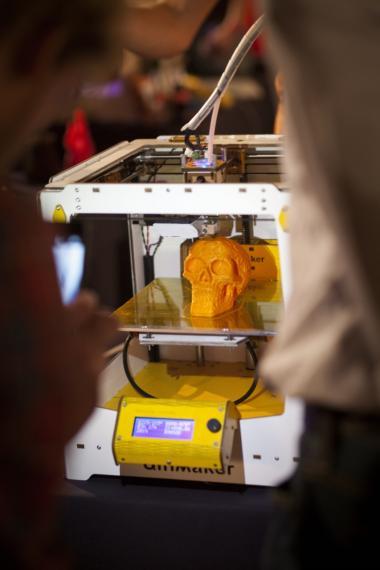 Printeren. 3D-printeren er kun i sin spæde begyndese – som papirprinteren i begyndelsen af 1980'erne. Den er dyr og kan kun arbejde i få materialer. Men hvis Chris Anderson har ret i sin optimisme, er det begyndelsen på en udvikling, hvor Vesten kan begyndt at rykke arbejdspladser hjem igen.