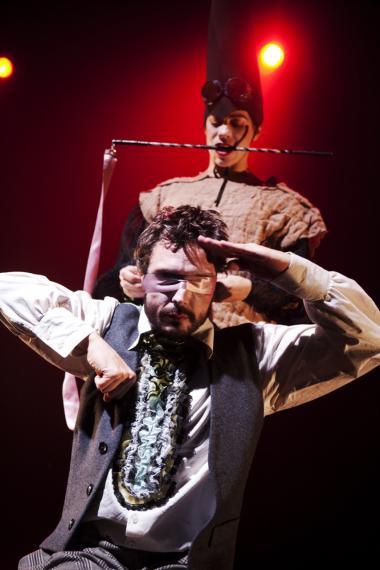 Skal du piskes til bæredygtighed, eller gør du det frivilligt? Her er det Tiziana Fracchiolla, der styrer Alexandre Bourdat uden tøven i Pernille Gardes danseforestilling 'Circus of Life'.