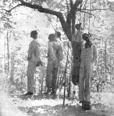 For tv-værtinden Oprah Winfrey er ordet 'nigger' så tynget af had og fornedrelse, at hun ikke synes, at nogen kan retfærdiggøre at bruge det. Hver gang, hun hører ordet, tænker hun på de sorte mænd, der blev lynchet, og på at det var det sidste ord, de hørte, før de døde. Billedet her er fra en lynching i Texas i 1908, hvor fem sorte mænd blev hængt til skræk og advarsel for andre sorte. Foto: Scanpix