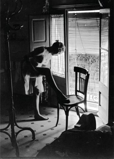 En ung pige ved sin altandør i Paris, formodentlig i sidste halvdel af 1940'erne.