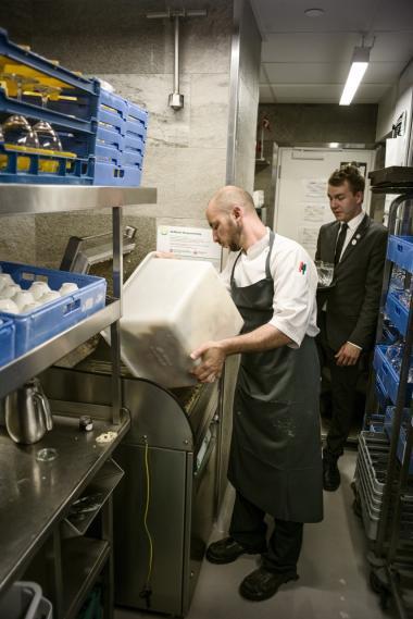 I stedet for hver dag at brænde enorme mængder madaffald på forbrændingsanlæg kan man med Bio Trans-systemet omdanne madspild til biogas til gavn for klima og miljø samt for landmænd og medarbejdere og økonomi i de storkøkkener, madaffaldet passerer gennem. Her tømmes der skrald i Bio Trans-systemet på Hotel d'Angleterre i København.