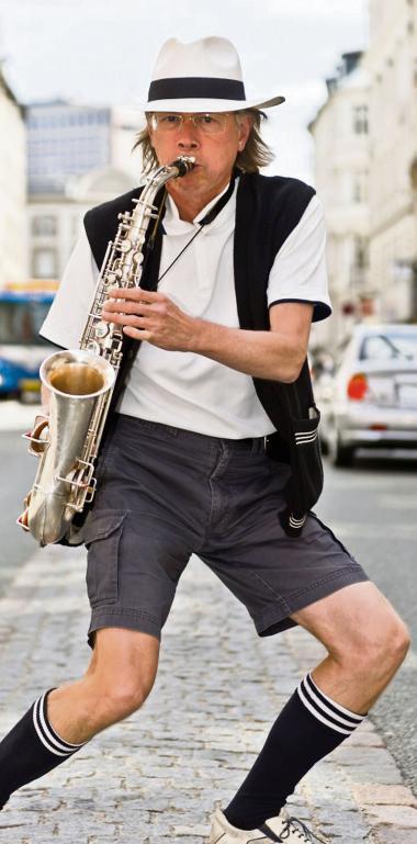 TS Høeg eller Dane TS Hawk, som han også kalder sig selv. Gennem mere end 30 år har outertaineren med dadaistisk naivitet sprunget vidt omkring som saxofonist, digter og kulturpersonlighed.Foto: tshoeg.dk