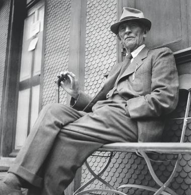Det er utvivlsomt den forfulgte Nolde, som er bedst kendt. Den udstødte rugende mester, der ramt af 'Berufsverbot' sidder lammet i sit hus frarøvet sine pensler og sin palet. Her ses han fotograferet i Schweiz i 1948.