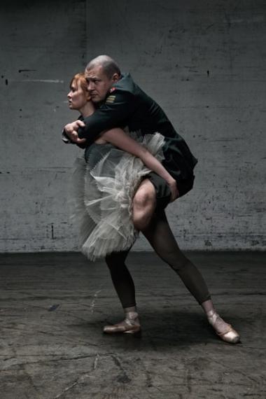 'I Føling', hvor bl.a. en kvindelig balletdanser bærer en såret krigsveteran.