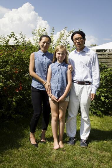 Med et ikkehvidt amerikansk ægtepar, der adopterer en hvid pige fra Danmark, forsøger jeg at vende op og ned på de almindelige racemæssige hierarkier i forbindelse med adoption, siger Jane Jin Kaisen.