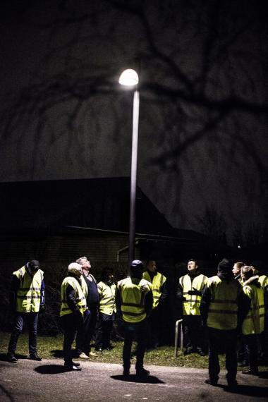 Retning. Teknikere og ingeniører tjekker nye lamper af på forsøgsvejen i Albertslund. Det nye LED-lys er mere fokuseret og 'spilder' ikke lyset på bygninger og buskadser, men det skaber et mindre trygt byrum, mener kritikerne.