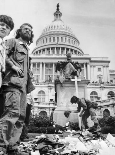 Vietnamveteraner laver en affaldsbunke af deres udmærkelser og medaljer foran Capitol i Washington i april 1971 i protest mod krigen. En af fortællingerne om det amerikanske nederlag er, at krigen først og fremmest blev tabt på hjemmefronten.
