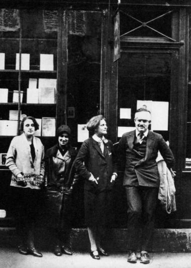 Ernest Hemingway fotograferet sammen med Sylvia Beach foran dennes legendariske boghandel, Shakespeare and Company, i Paris i 1928.
