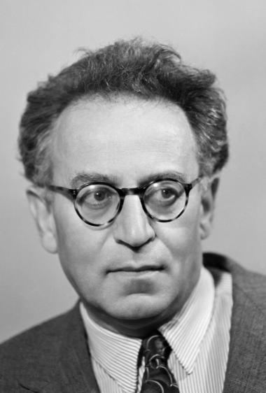 'Liv og Skæbne' skulle have været publiceret i Rusland i 1960, men KGB beslaglagde manuskriptet. Bogen var for farlig. Grossman selv døde i 1964 og fik aldrig fuldendt eller færdigredigeret bogen.