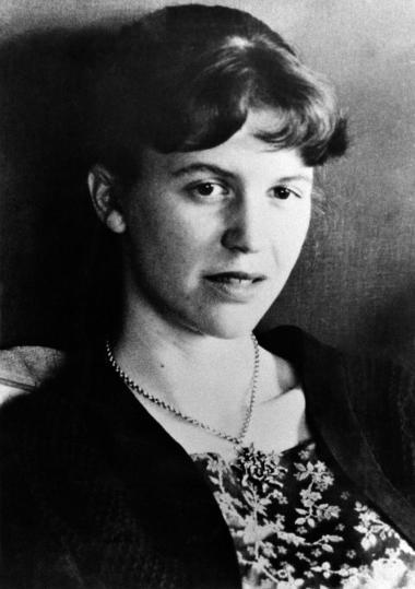 I anledning af, at Sylvia Plaths kultklassiker 'Glasklokken' fra 1963 udkommer i næste uge i helt ny dansk oversættelse ved Olga Ravn og Mette Moestrup, bringer vi her et af romanens kapitler. Året er 1953, det er sommer, en lummer sommer i New York, hvor den store historie er henrettelsen af ægteparret Rosenberg i den elektriske stol for at have spioneret til fordel for Sovjetunionen. I det der også er et kritisk portræt af 1950'ernes USA, følger vi her den unge Esther, der gerne vil være forfatter frem mod hendes sammenbrud og selvmordsforsøg
