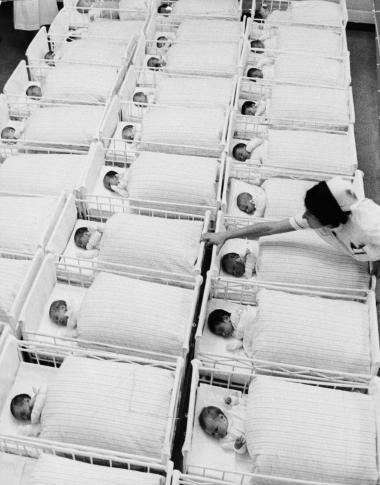 Flinkepigen afgik ved døden engang i midthalvfjerdserne, og derfor kan DR godt droppe deres følelsespornografiske vidnesbyrd, der forsøger at give den barnløse kvinde dårlig samvittighed, skriver dagens kronikør.