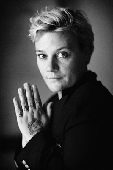 Maria Gerhardt skrev, som hun tænkte, nøgternt og millimeter præcist, men hvor Djuna Barnes havde fået hende til at danse, fik forfatteren Maria Gerhardt hendes smukke og blidt poetiske øjne frem.