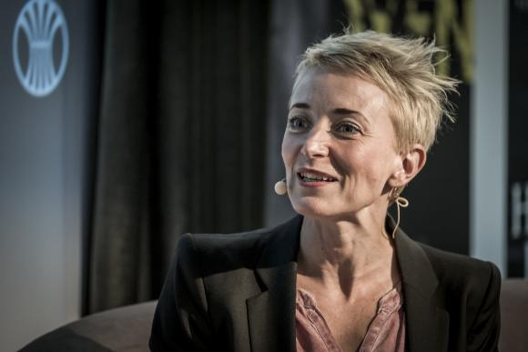 Næstformand for forfatterforeningen, Anne Sofie Hammer, mener, at det ligger i kortene, at man som forfatter er for grådig, hvis man drister sig til at spørge, 'hvad får jeg for det'? »Det er jo helt forkert,« siger hun.