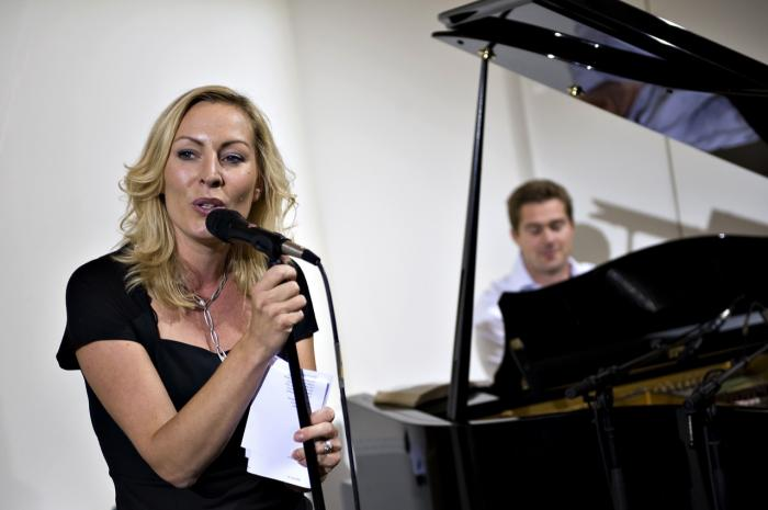 5c3821e112b Cecilie Beck og Johannes Langkilde underholdt på Kvægtorvet i Odense, da TV2  for nyligt fejrede