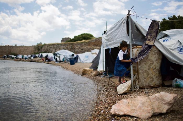 f4132e741cb Syrisk flygtning i lejr i Grækenland denne sommer. I et værk af den  italienske kunstner