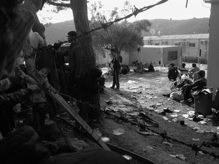 ce688b69 Bogens første del udspiller sig her i den mareridtsagtige flygtningelejr  Moria på Lesbos, hvor de