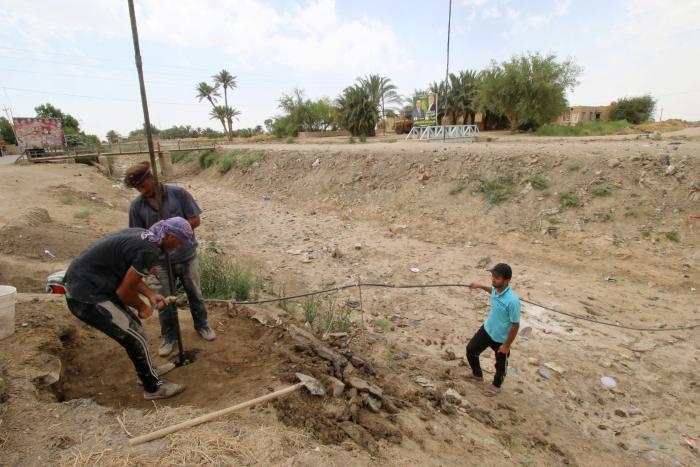 8c886f7023b Irakere borer efter vand i Samawa i Irak. Når irakerne i den sydlige del af