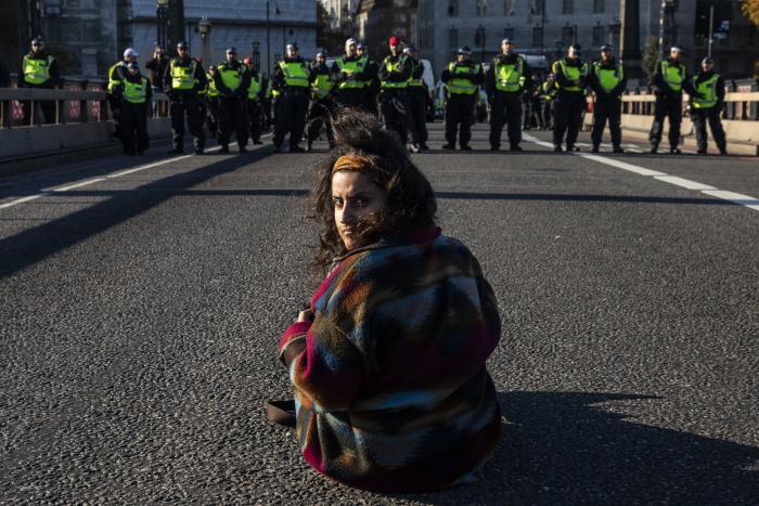Flere tusinde demonstranter var i weekenden på gaden i London i en stor civil ulydighedsaktion. Formålet var at råbe op om klimakrisen og stille politikerne til ansvar. Knap hundrede blev anholdt