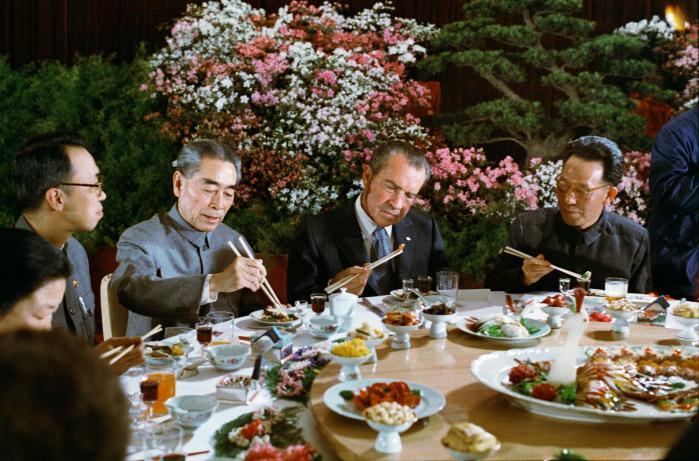 Den amerikanske præsident Nixon til middag med den kinesiske premierminister, Zhou Enlai (th. for Nixon), under sit besøg i Kina i 1972. Besøget blev epokegørende i amerikansk udenrigspolitik under den Kolde Krig. Foto: The Nixon Library