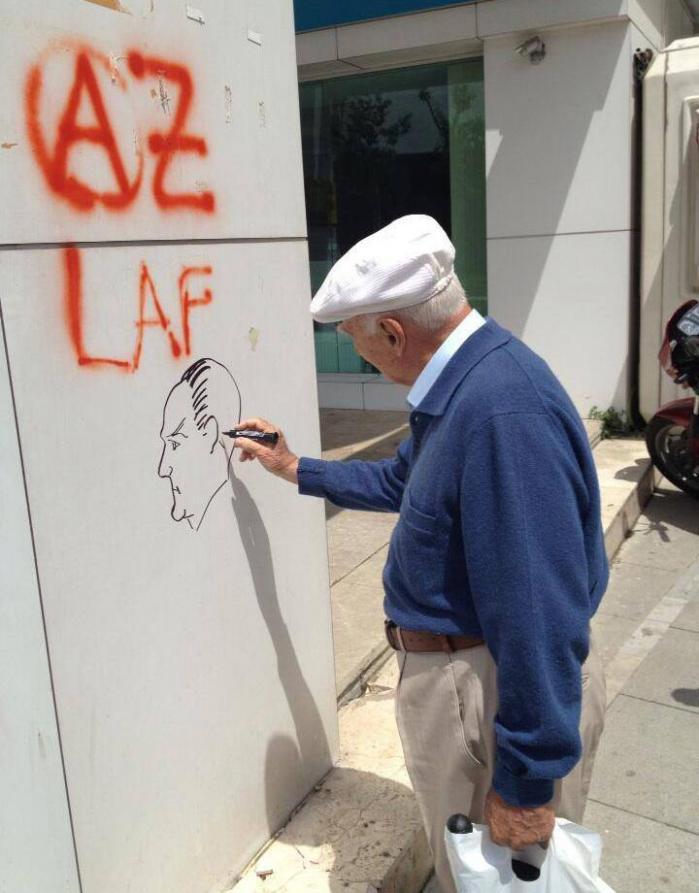 Under de seneste ugers uroligheder har protesterne ikke kun kommet fra den unge generation. Tegningen på væggen forestiller Mustafa Kemal Atatürk, det moderne Tyrkiets grundlægger, og symbolet på den adskillelse af kirke og stat, som var et af den unge republiks grundpiller. Foto: Facebook.com/geziparkidirenisi