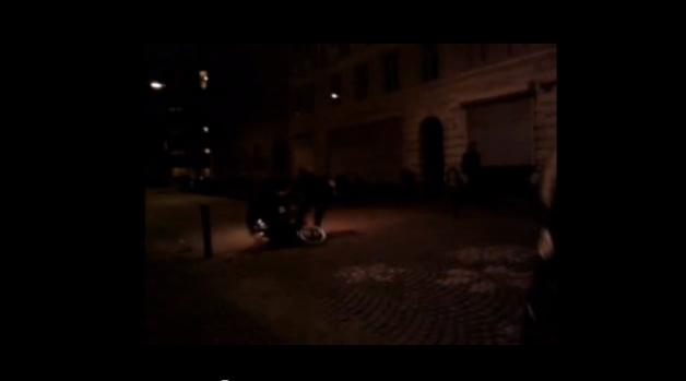 Torsdag nat blev en mand i kørestol, væltet af en politimand. Flere vidner optog det, her et øjeblik fra en af videoerne.