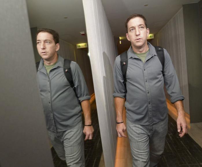 Greenwald på vej ud af hotellet, hvor han interviewede whistlebloweren Edward Snowden.
