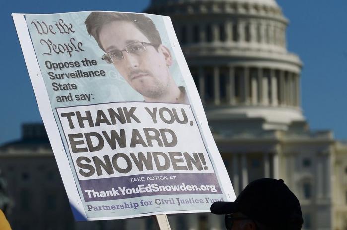 Det er nu et år siden, at Edward Snowden begyndte at lække fortrolige dokumenter om NSAs verdensomspændende overvågning. Reaktionen hos både borgere og politikere har indtil videre været ligegyldighed