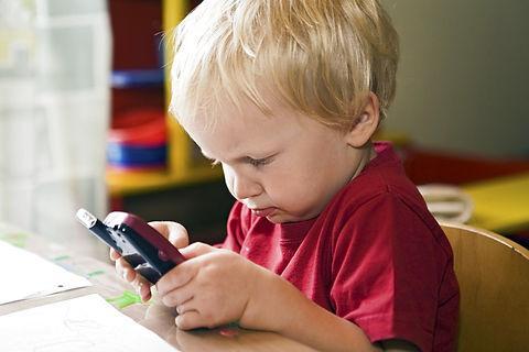 Forleden kunne man læse om en undersøgelse, der viste, at 4 ud af 10 forældre mener, at det er en god ide at overvåge deres børn ved hjælp af mobiltelefonens GPS. Med en simpel app kan forældre se, hvor børnene er, eller i hvert fald hvor deres telefon er, og dermed kan de forvisse sig om, at der ikke er sket poderne noget, og at de har overholdt deres aftaler