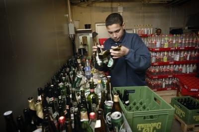 Det kan kræve en ren straffeattest at være flaskedreng i et supermarked. Model