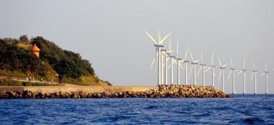 Trods VKO-flertallets lave ambitionsniveau på miljø- og energiområdet kan det stadig lade sig gøre, at Danmark igen kommer til at spille en international rolle. Lykkes det os f.eks. at gøre havvindmøller konkurrencedygtige med omkostningerne (inklusiv miljøomkostningerne) ved andre nye energi anlæg som eksempelvis atomkraftværker, er der et gigantisk potentiale verden over.