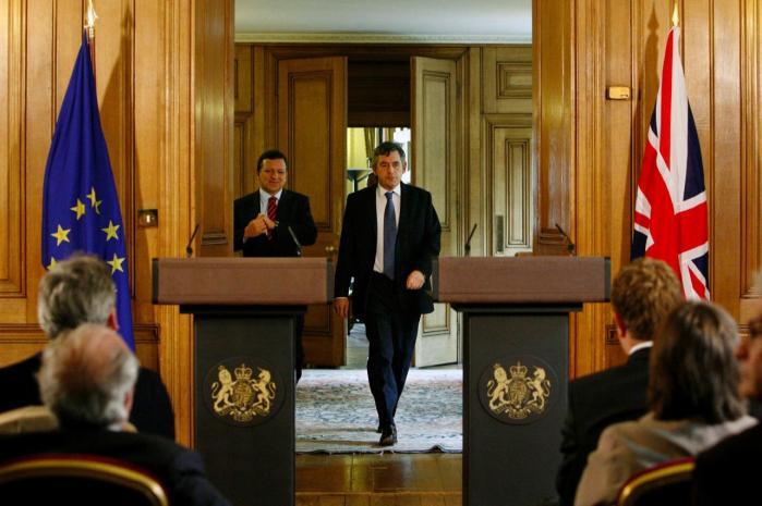 Lederne. I sidste uge vedtog EU-s stats- og regeringschefer en ny traktat for Unionen. Her ankommer den britiske premierminister, Gordon Brown (forrest), sammen med EU-Kommisionsformand Barroso til et pressemøde en uge før vedtagelsen af traktaten.