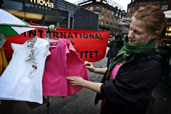 Organisationen Fighters+Lovers ville gerne støtte befrielsesbevægelser i Palæstina og Colombia med overskuddet fra salget af bl.a. T-shirts.