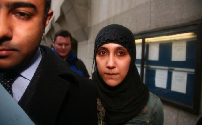 Terror. Det er ikke en god ide at arbejde i Heathrow lufthavn og samtidig skrive hyldestdigte til Osama bin Laden og søge efter bombeopskrifter på nettet. Men om det også bør være nok til at blive dømt, som Samina Malik blev, er mere omdiskuteret.