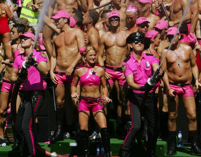 Frie og lige? Homoseksuelle har gennem mange år kæmpet for anerkendelse, blandt andet gennem Gay Pride-parader som her i Amsterdam tidligere på året. Men økonomisk ulighed har det med at glide i baggrunden, når politiske problemer bliver reduceret til et spørgsmål om identitet og mangfoldighed.