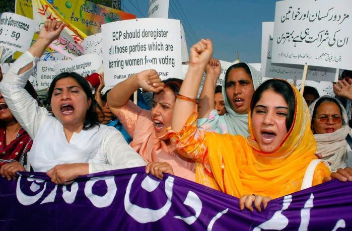 Vesten har travlt med at belære Verden om demokrati og kvinderettigheder, men støtter militærdiktaturer, der undergraver netop frihedsrettighederne, siger den pakistanske aktivist og teoretiker Neelam Hussein. Pakistanske kvinder har været på gaden uafbrudt siden marts sidste år, hvor det uafhængige retssystem i Pakistan blev afmonteret.