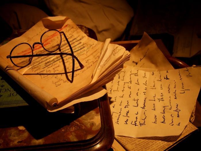 Trange kår. Et lille rum i the James Joyce Centre i Dublin er indrettet som en kopi af den særdeles spartanske lejlighed, Joyce og hans kone Nora boede i. Sengebordet er her forsynet med den irske forfatters karakteristiske briller og en notesblok, hvor titlen Telemachos, 1. kapitel i Ulysses, lige kan anes. Ifølge centrets leder, James Quin, var Joyce således ofte nødt til at sidde i sengen og skrive, da der ikke var plads til et skrivebord.