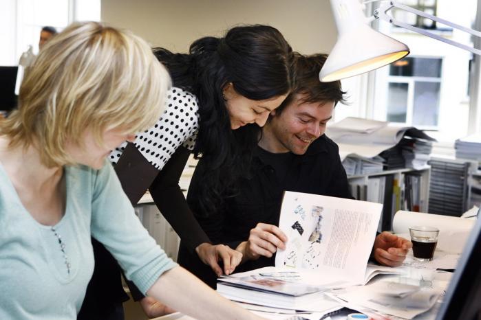 En høj grad af sammenhængs-kraft blandt de ansatte i en organisation eller virksomhed udmønter sig i lavere sygefravær, større arbejdsglæde og tilfredshed.