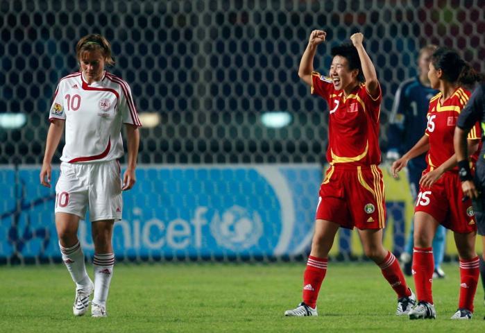 Kinas Bi Yan jubler, mens Danmarks Anne Dot Eggers Nielsen må forlade banen efter 3-2-nederlaget ved kvindernes VM 2007 i Kina. Uafgjort ville have givet Danmark adgang til OL 2008.