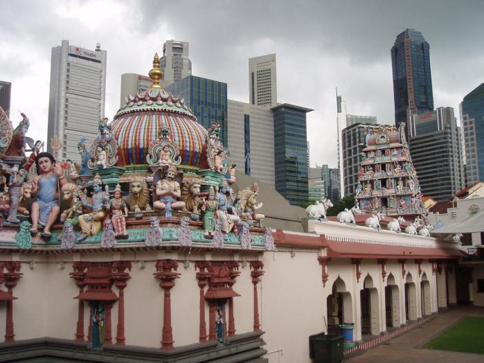Kontrast. Singapores kontraster klaskes lige i synet på én , som her med et hindutempel, (det er IKKE det lokale Disney World) bag finanskvarterets skyline.