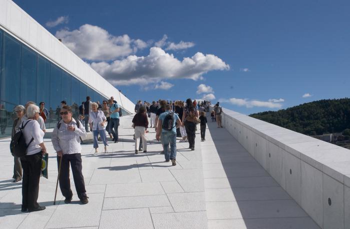 Vandringen på Operaens tag er en norsk folkeforlystelse, marmorklippen er blevet et udflugtsmål, et stykke natur og kultur forenet i én skrå, blændende oplevelse