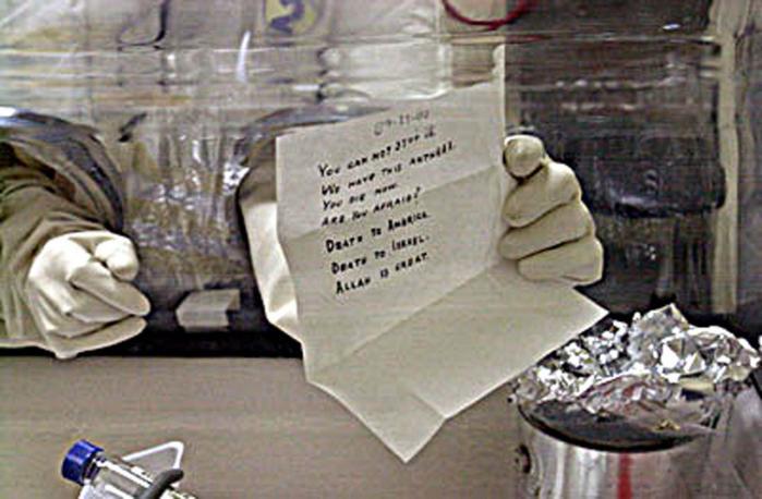 Den amerikanske forsker i biologisk forsvar Bruce Ivins tog den 29. juli 2008 sit liv, efter han blev bekendt med, at de amerikanske myndigheder ville rejse sag mod ham for miltbrandangrebet i 2001, hvor fem personer blev dræbt. Billedet viser FBI, der åbner et brev med miltbrand sendt til senator Patrick Leahy, i Washington december 2001