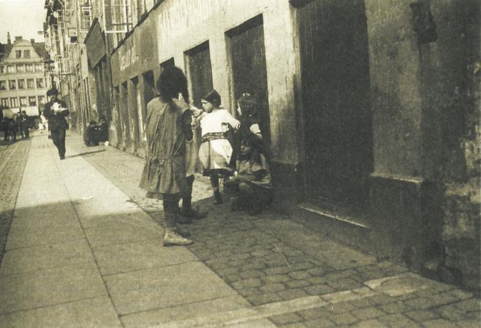 Omkring 1920 indtog Jyllands-Posten førstepladsen som Danmarks mest antisemitiske avis og bragte lange lederartikler om løsningen på 'jødeproblemet'