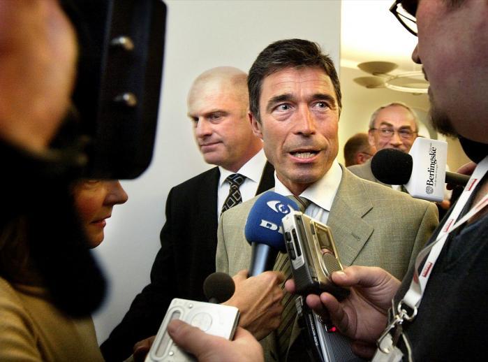Anders Fogh Rasmussen i april 2004 på vej til møde i Udenrigspolitisk Nævn i sagen om Frank Grevil og offentliggørelsen af FE-s fortrolige rapport om Irak. Onsdag skal statsministeren endnu engang svare for sig i forbindelse med Irak-krigen.