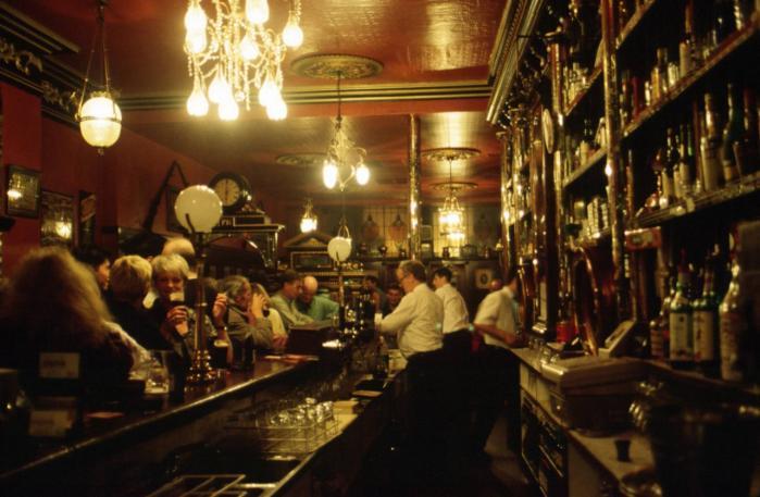 Whiskey og Guiness og hvad den grønne ø ellers kan frembringe, hældes ned i Ken Bruens Irish Noir-krimi 'Styrken', som er danske læseres første chance for at læse den irske forfatter.