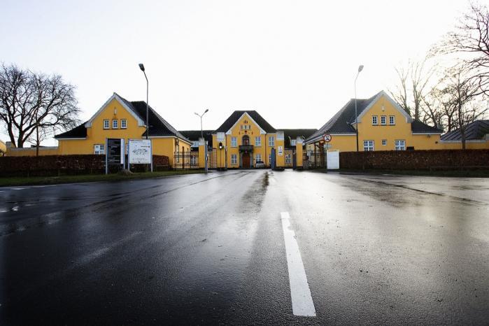 Da det i forbindelse med tuneserloven gik op for embedsmændene, at Politivagten i Sandholm lukker hver dag kl. 15 eller 16 og først åbner igen næste dag kl. 8, blev de nødt til at lave lovforslaget om, så den ikke krævede, at politiet skulle kontrollere om de tålte udlændinge overholder et påbud uden for åbningstiden.
